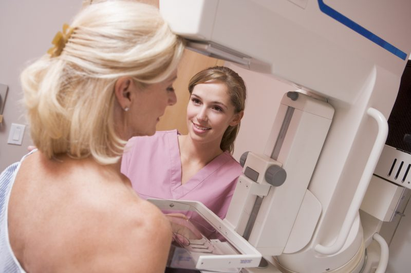 Personal médico asistiendo a su paciente en una mastografía