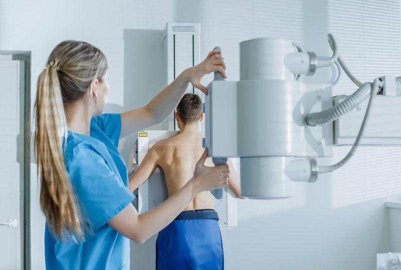 Paciente en una radiografía (rayos x)